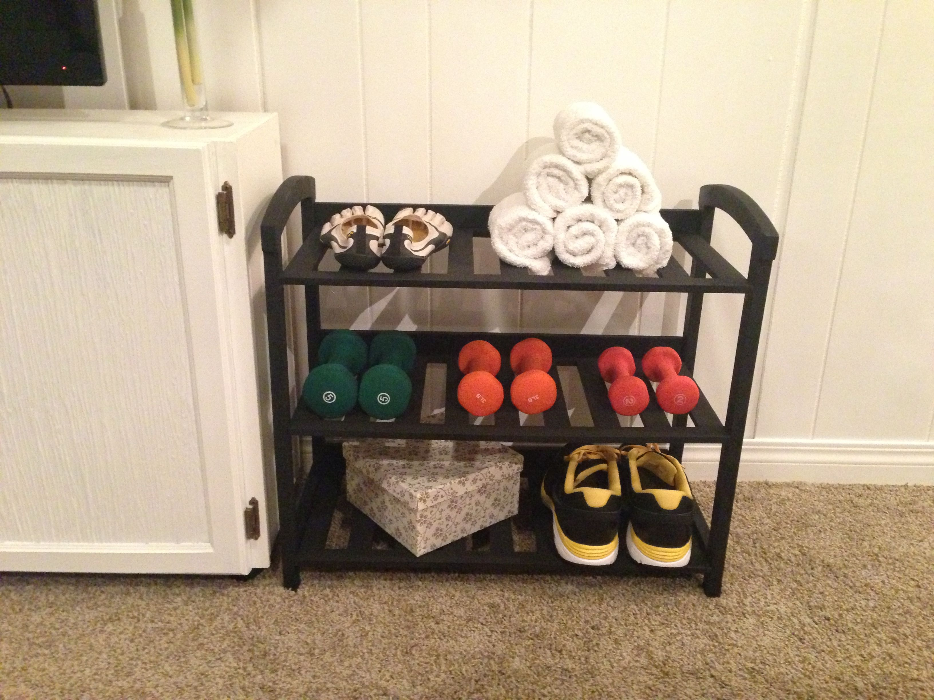 Workout room storage shoe rack painted and turned into a for Gimnasio en casa
