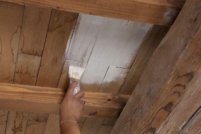 Repeindre Un Plafond Avec Poutres En Bois Apparentes En 2020 Repeindre Un Plafond Poutre Bois Poutre Plafonds