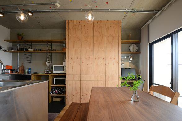 リビングの一部には 構造用合板で壁面収納を天井高で造作 構造用