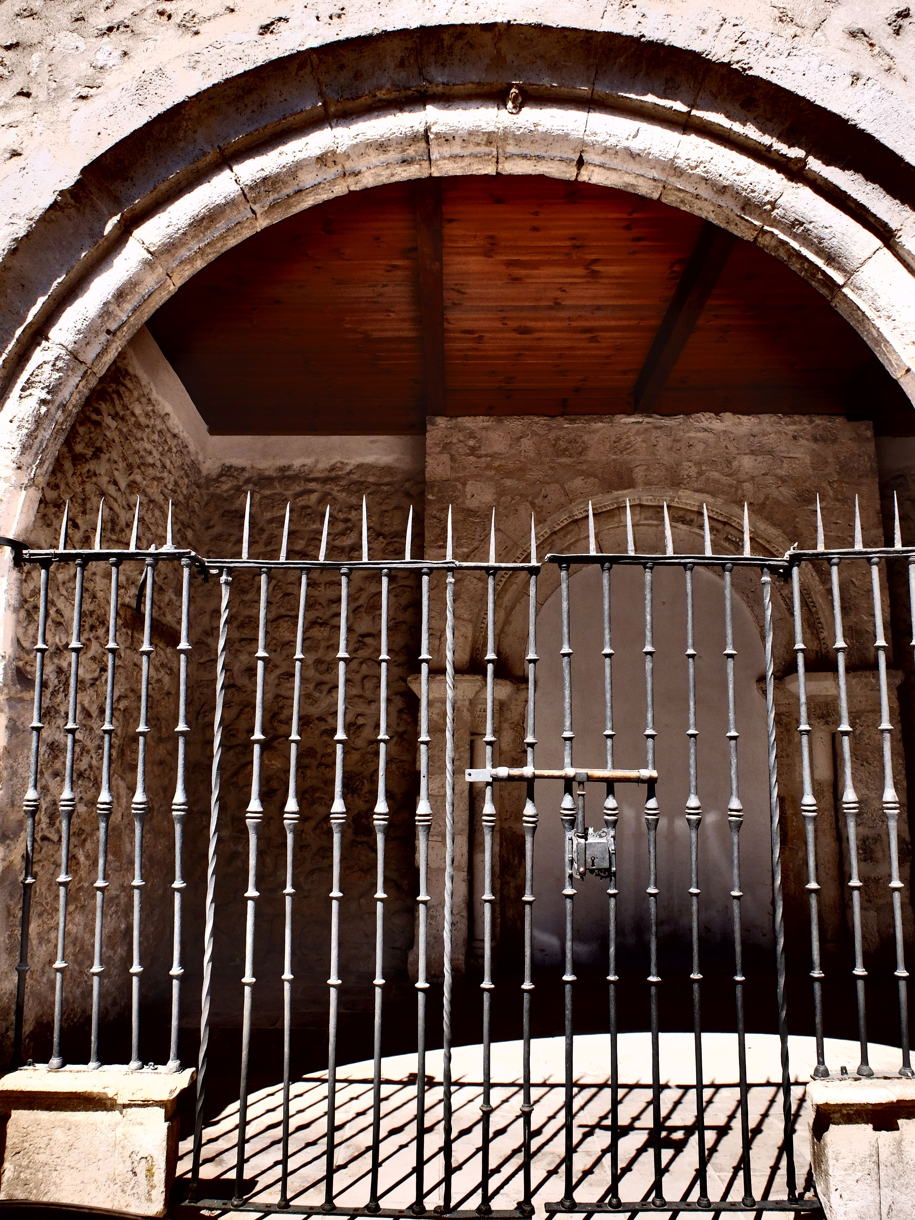 Puerta de la reja y atrio de la iglesia de Santo Tomé