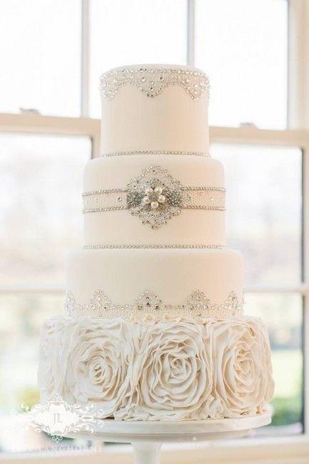 wedding cake / gâteau de mariage blanc et argenté. On le ...