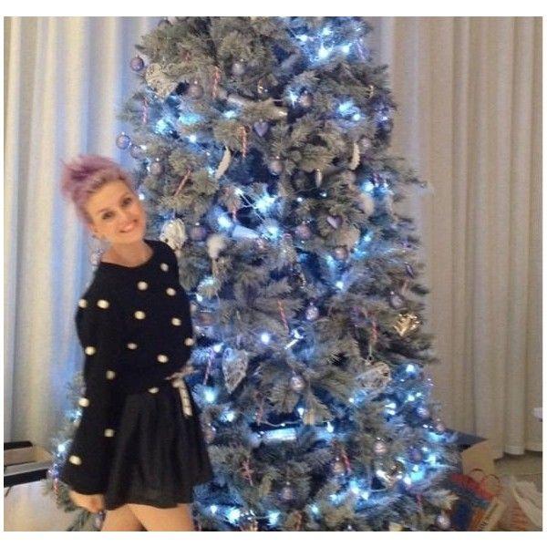 Blog de la Tele Zayn Malik Perrie Edwards ilumina el árbol de navidad! ❤ liked on Polyvore featuring little mix, perrie, perrie edwards, people and celebs