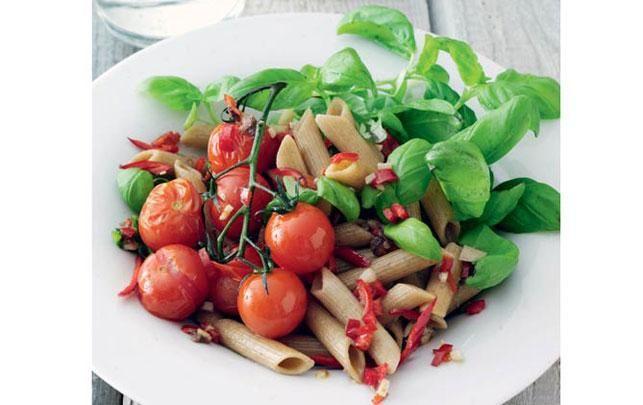 Penne med friske tomater Ansjoser fungerer ofte som krydderi i pastaretter, og de giver en fin smag.