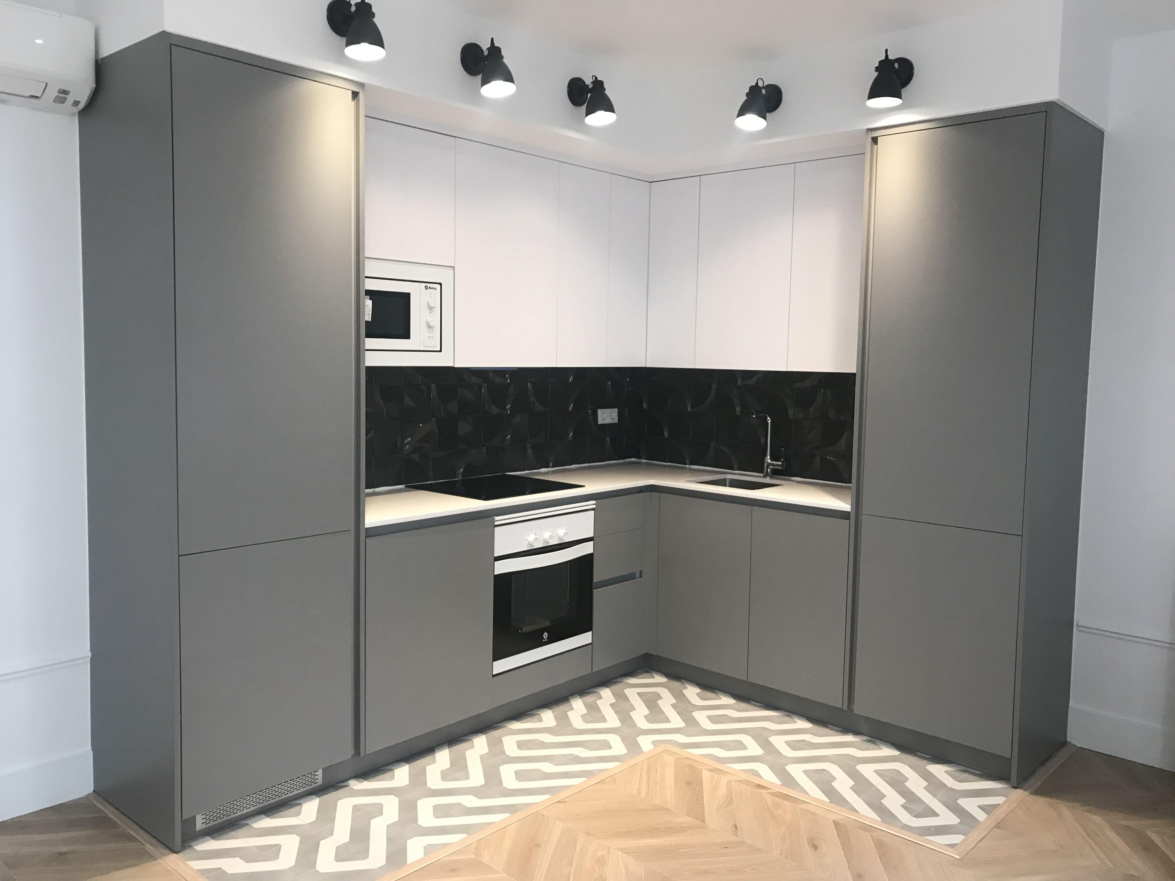 Cocina gola gris y blanca archivo kitchen cabinets kitchen y home decor - Cocina blanca encimera gris ...