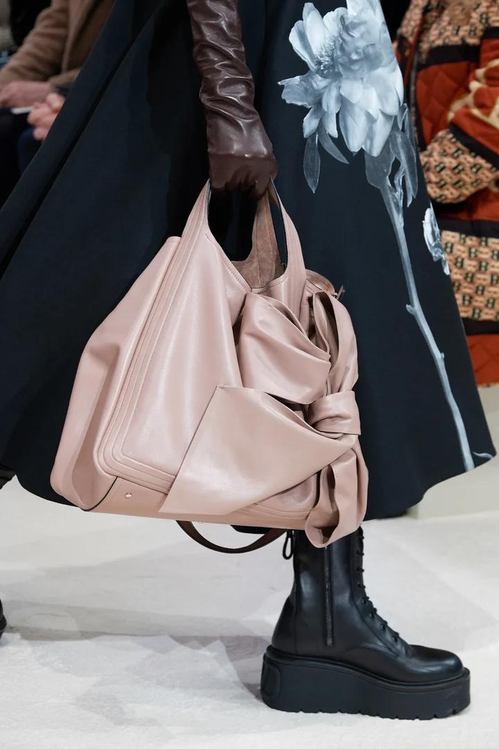 Valentino Pret A Porter Automne Hiver 2020 2021 Details Vogue Paris Idees De Mode Valentino Pret A Porter