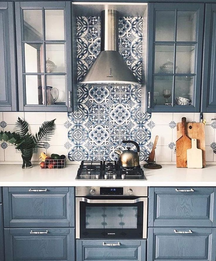 15 Stunning Gray Kitchens With Images: Navy Blue Kitchen With Beautiful Print #kitchen #navyblue