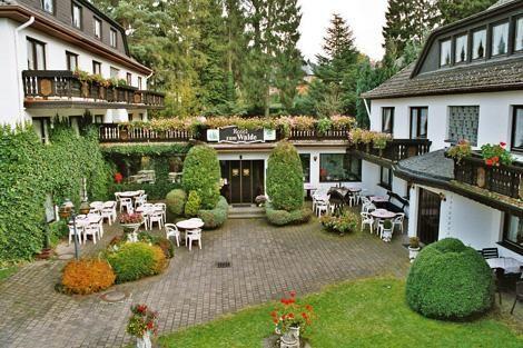Net over de Duitse grens, op een rustige zuidhelling liggen 4 gebouwen op 50 meter van elkaar die samen hotel Zum Walde vormen. In het hoofdgebouw vindt u een receptie en de hotelkamers en in de 3 andere gebouwen zijn de appartementen en (junior) suites...