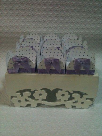 Forminhas de papel decoradas com fita e laço de cetim. Pedido mínimo 50 unidades R$1,00