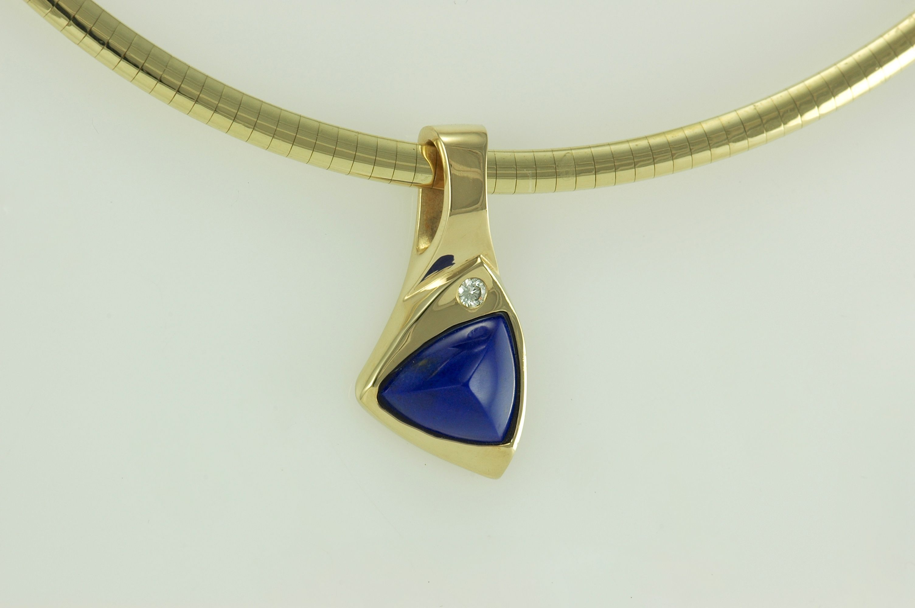 K yellow gold pendant set with a fine blue lapis lazula and a
