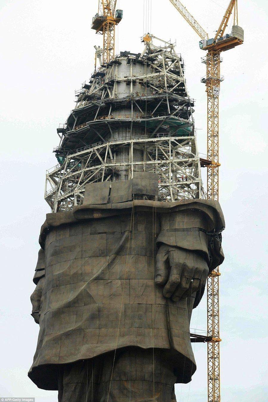 estatua mas alta del mundo esta por terminarse. Medira 597 pies ( 182 m) de altura, sera casi..