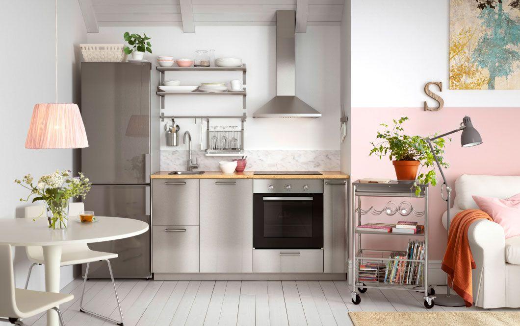 Moderne küche mit grevsta fronten in edelstahl und freistehendem kühl gefrierschrank in edelstahl