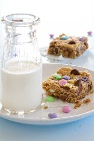 barres monstre cookie ne pouvait pas être plus facile ou plus délicieux.  Ils sont la recette parfaite pour l'utilisation des bonbons de vacances restants trop!