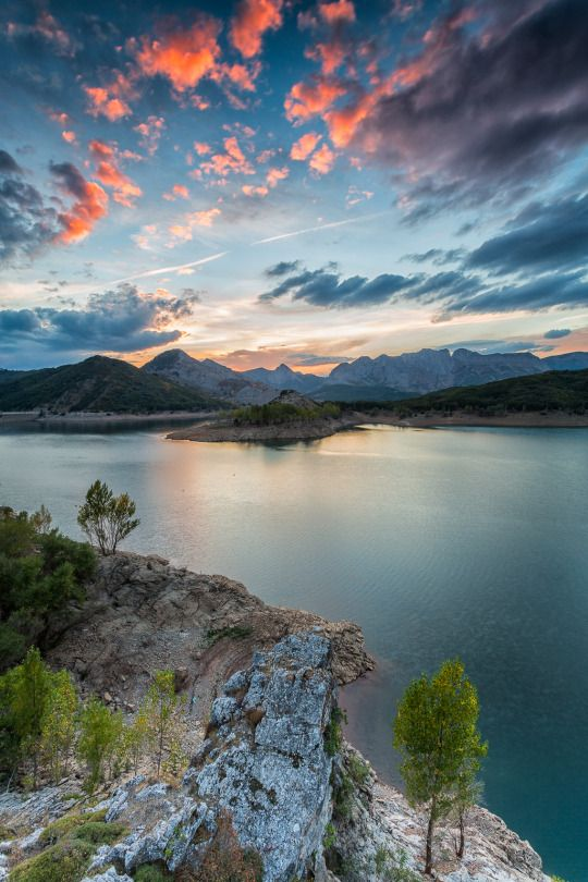 Sunset in the reservoir | by José Carlos