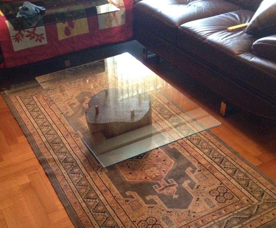 Tavolino in vetro con tronco di albero per base