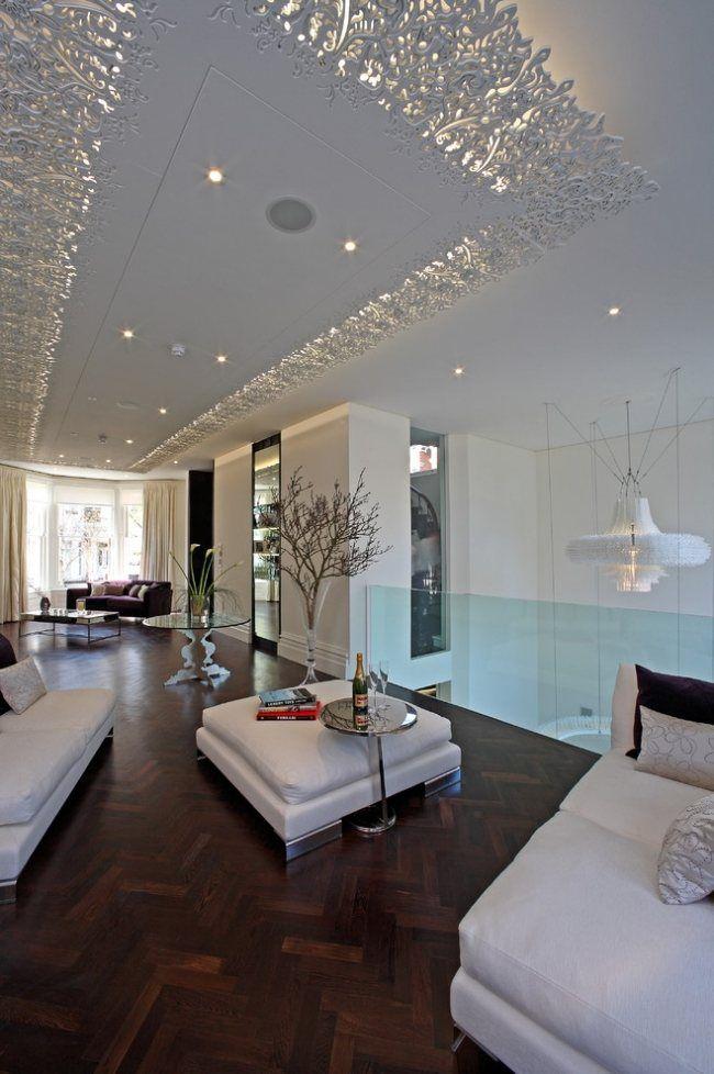 un plafond moderne suspendu aux ornements en pltre blanc