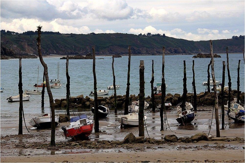 Au pied des falaises de Plouha, ce havre minuscule ou les bateaux s'amarrent à des poteaux porte le nom de Gwin Zegal.