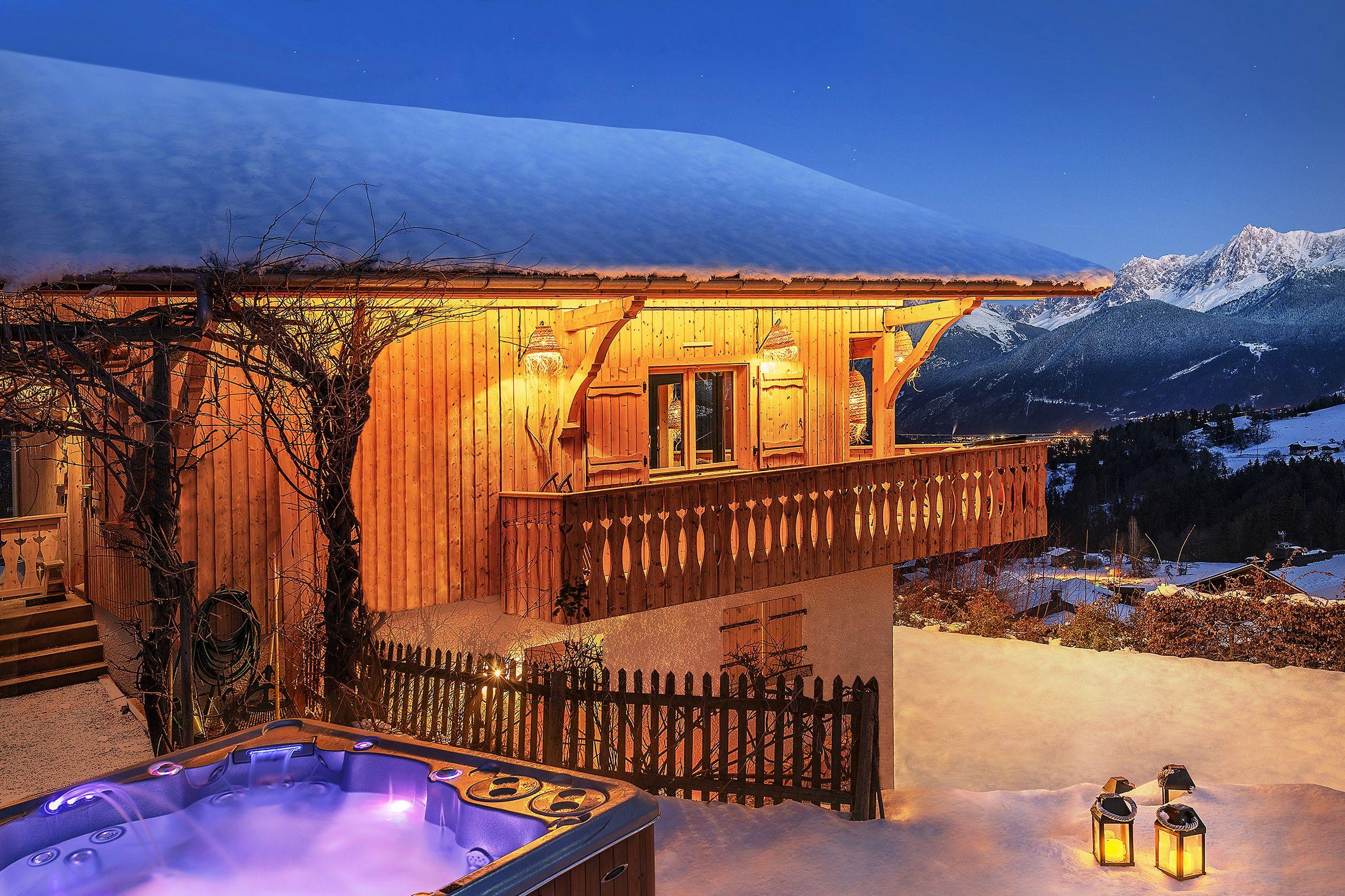 Le Chalet Au Crepuscule Avec Son Spa Clairazur Exterieur Face Au Mont Blanc Haute Savoie Cordon Megeve Chalet Luxe Mont Chalet Megeve Maison De Luxe