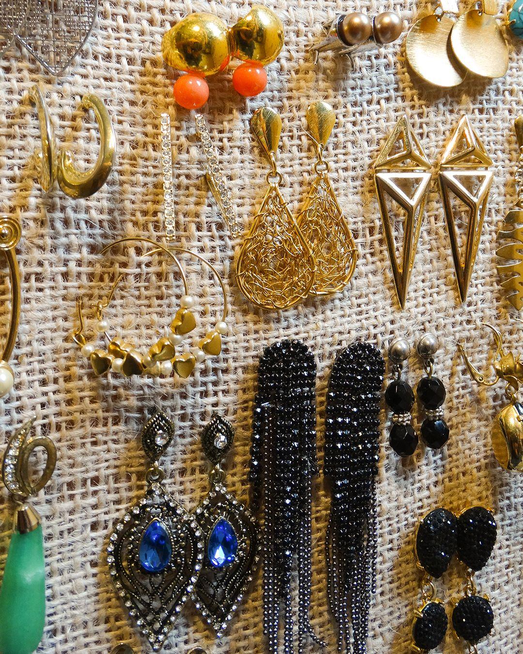 Organizador de brincos, um excelente presente. Várias cores disponíveis. Pronta-entrega, veja na loja:    http://bit.ly/1RAJbpT    #organizabox #brincos #vaidosa #presenteperfeito #bijuterias #mulheres #mulher