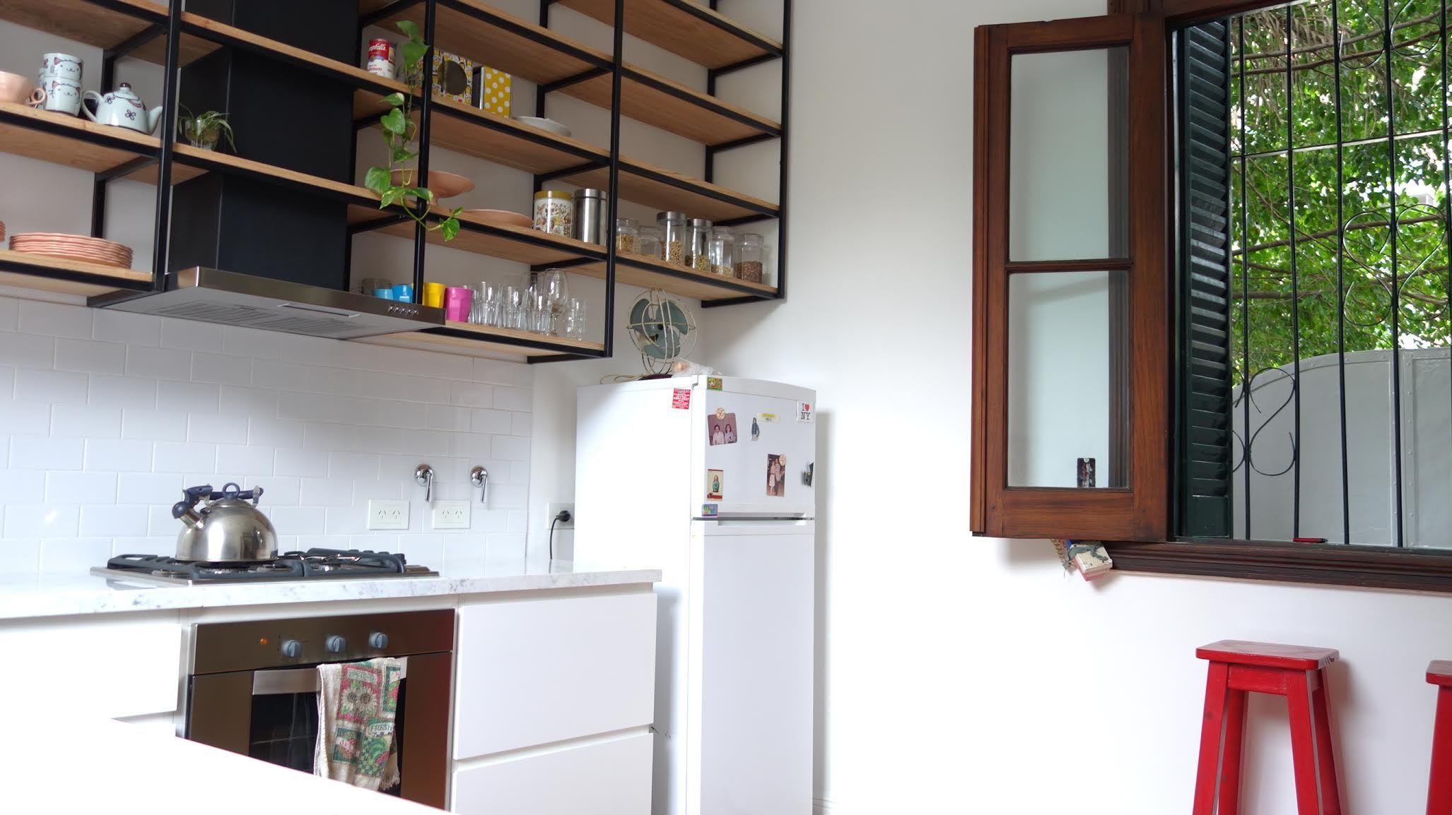 Cocina con mueble laqueado y alacena metalica colgante con for Racholas cocina