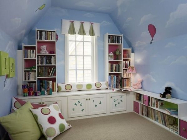 kinderzimmer dachboden blaue wände wolken deko fenstersitzbank ... - Kinderzimmer Regal Blau