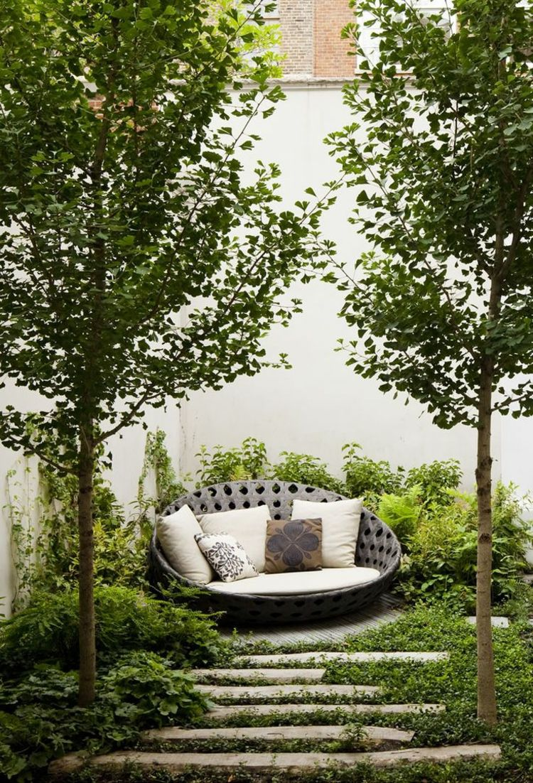 moderne gartengestaltung mit steinen gartenweg idee steinplatten lang lounge tagesbett garten. Black Bedroom Furniture Sets. Home Design Ideas