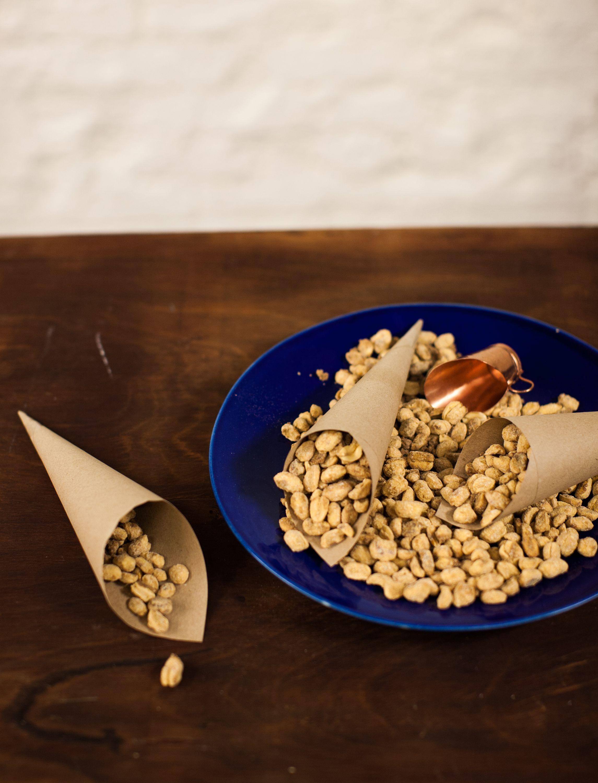 Amendoim açucarado   Receita Panelinha: Preparar amendoim doce em casa tem suas vantagens: você sabe o que está comendo, foge dos corantes artificiais e garante um doce fresquinho, fresquinho. Quer mais? O perfume docinho invade a casa toda! Ô belisco bom!