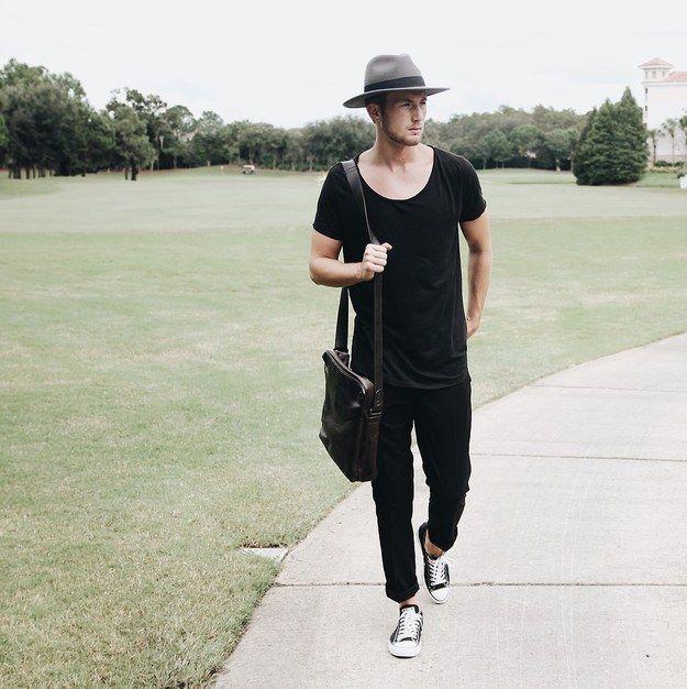 Acompaña tus Converse vistiendo todo de negro y llevando un sombrero de un  tono más claro, robarás miradas por donde pases.