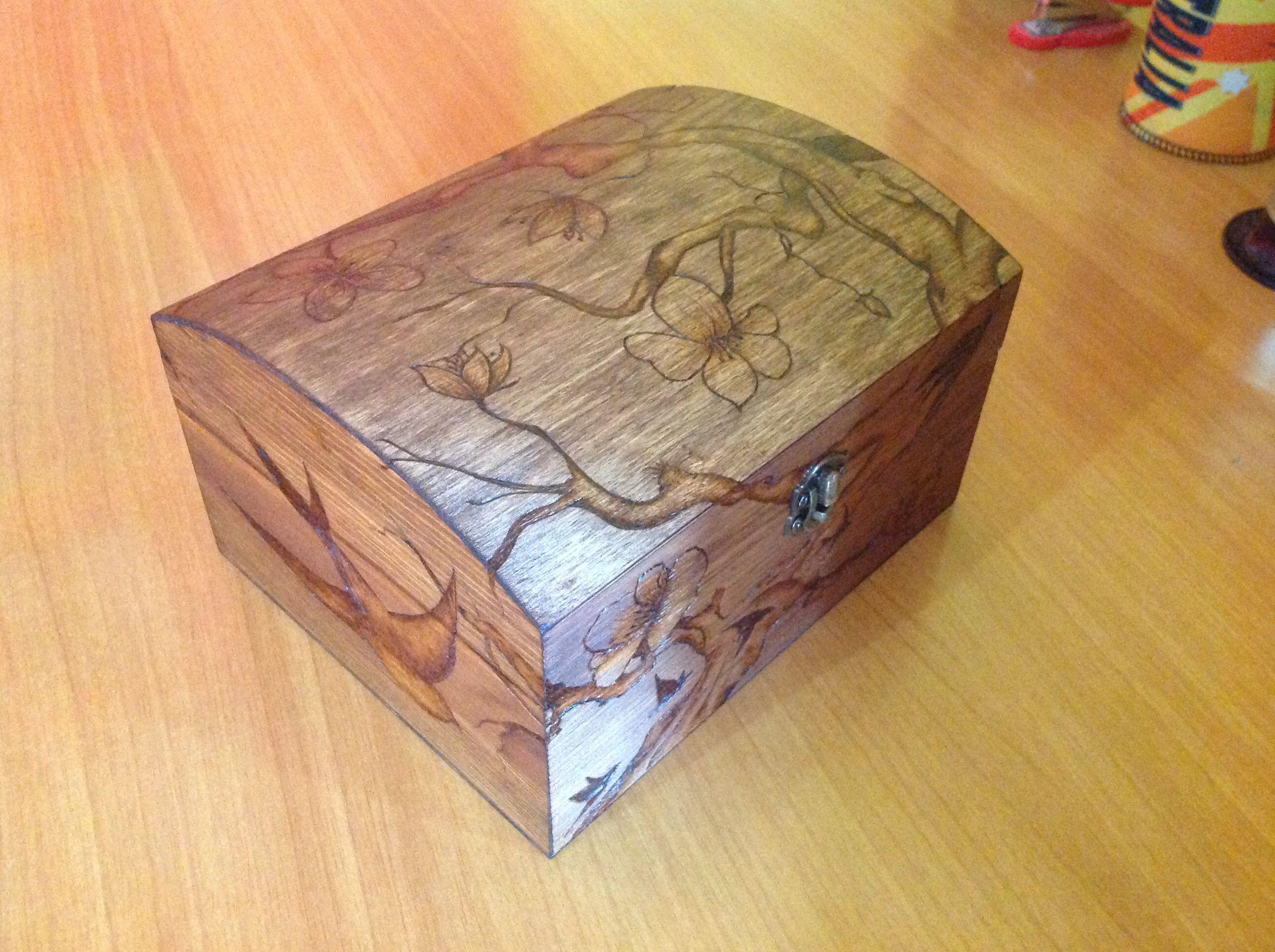 scatola di legno decorata con un saldatore.