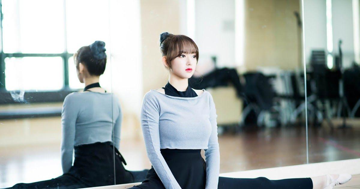 Wjsn Cheng Xiao Showcases Her Flexibility New Hair Color New Hair Colors Cheng Xiao New Hair