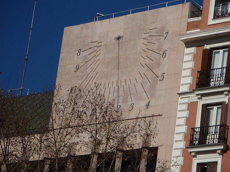 El Reloj De Sol De La Plaza Del Rey En Madrid Matemolivares Reloj De Sol Reloj