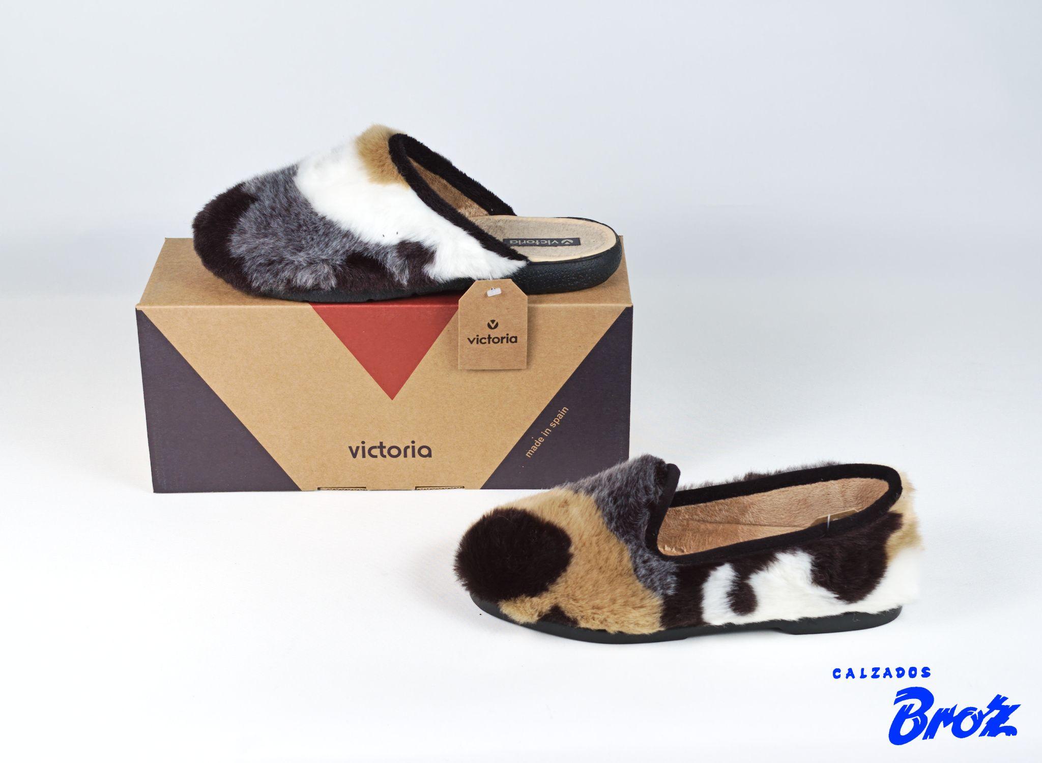 Colección Victoria. Zapatillas de casa descalza e cerrada. (muller).
