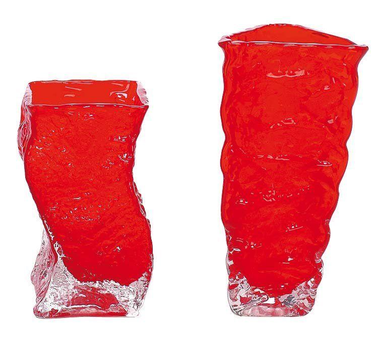 Por San Valentín decora en rojo pasión - JARRONES PARA LAS FLORES QUE LLEGUEN... Reserva unos jarrones de cristal rojo para colocar flores blancas; el contraste de color hará que el centro gane protagonismo visual. Jarrones (6,90 € c/u en Maison du Monde).