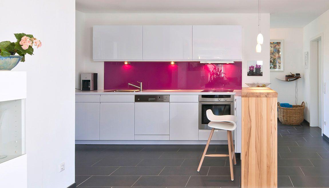 Weiße Küche mit rotem Wandpaneel und Theke | Küchen | Pinterest ...