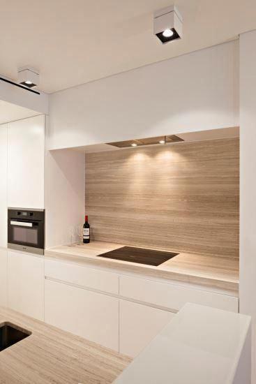 Un mur arrière en bois et des armoires de cuisine blanches: le luxe parfait ... #ho ... ,  #armoires #arriere #blanches #cuisine #parfait #kitchenlayout #contemporykitchen