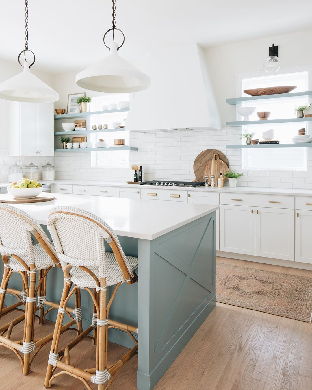 We Are Loving The Summer Vibes In This Bright Kitchen Design By Timber Trails Dc Photo By Stoffer Coastal Kitchen Decor Kitchen Trends Beach House Kitchens