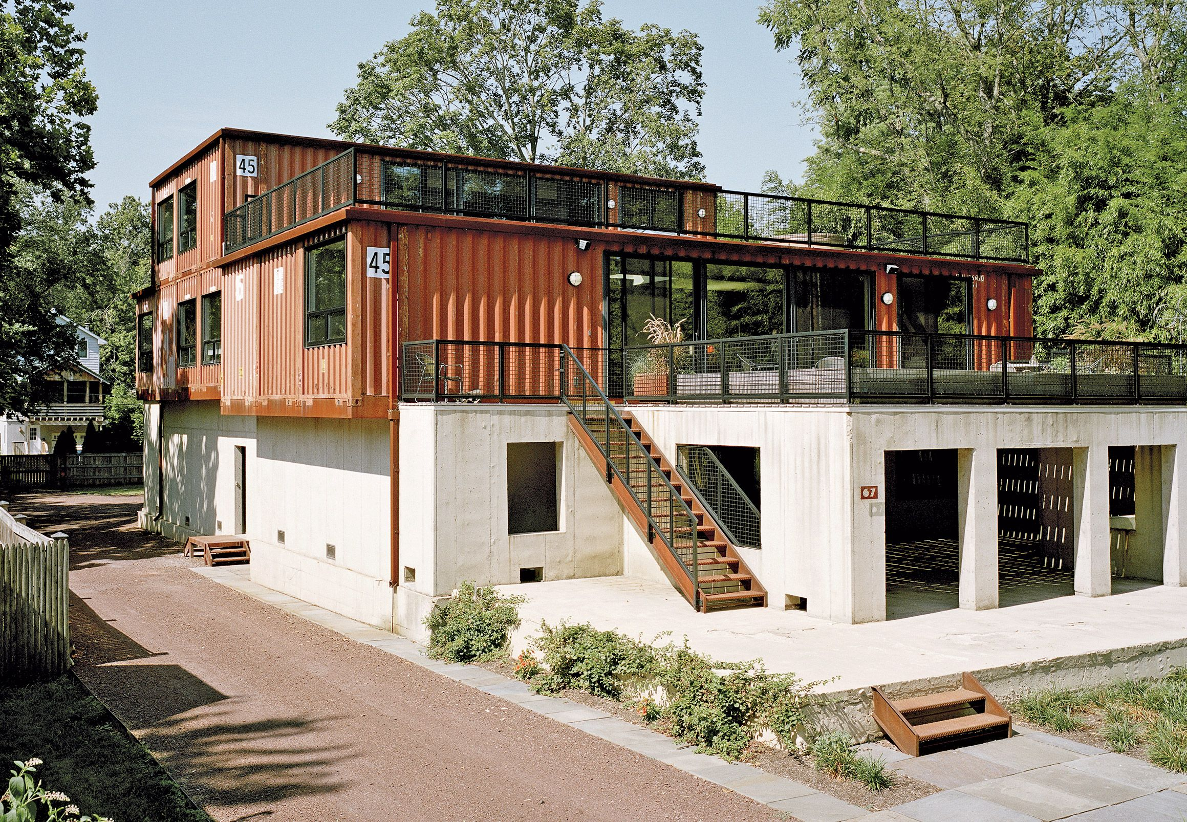 A Shipping Container Home In Pennsylvania Embraces Its Rugged Industrial Origins Container Hauspläne Container Home Designs Frachtcontainer Häuser