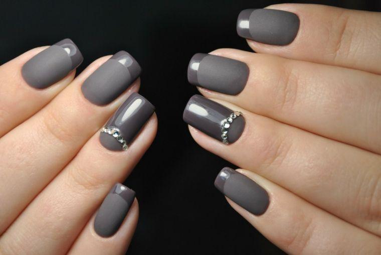 Una french manicure particolare smalto grigio lucido su una base opaca e  decorazioni con brillantini