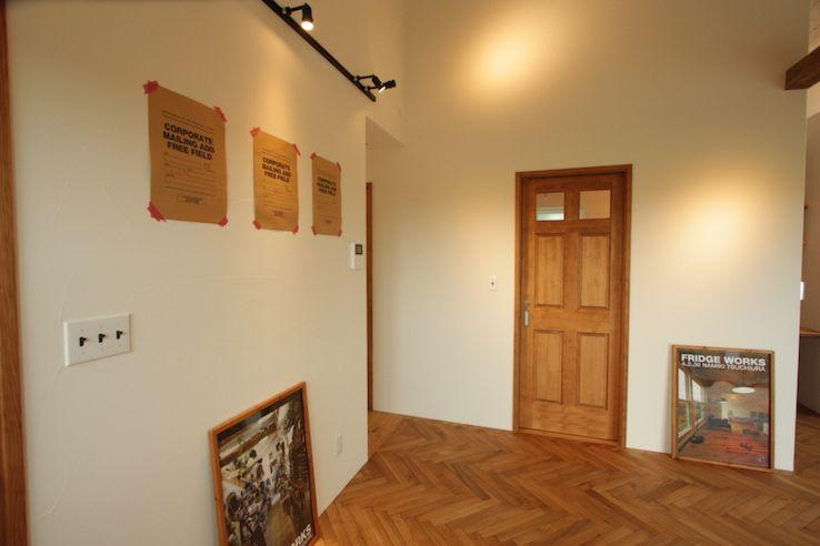 渡り廊下のあるコンパクトでかっこいい平屋 室内ドア 家