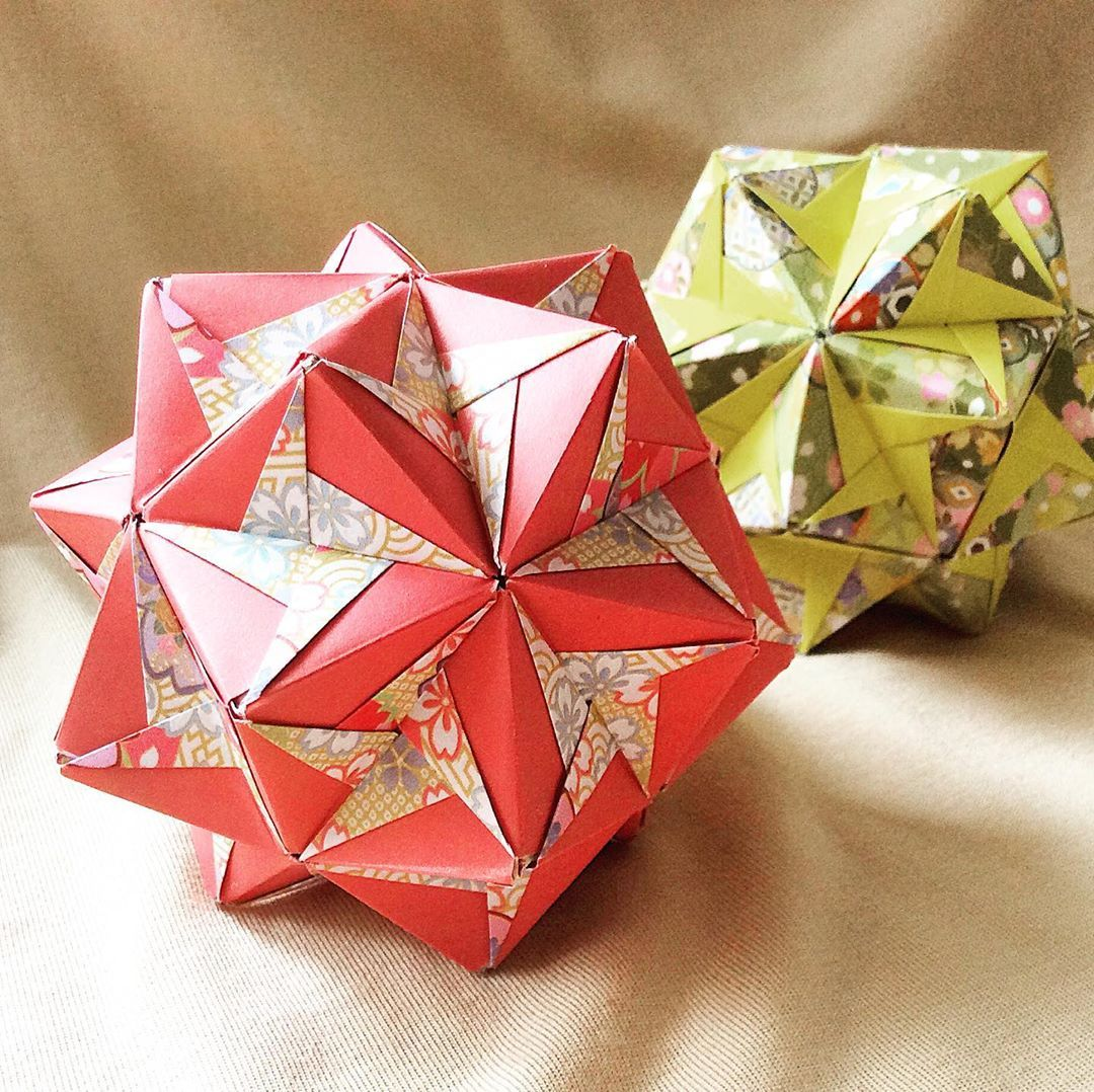 Cyclone Tadashi Mori 30pcs 好きなくす玉のひとつです オーソドックスなデザインを 和柄で遊んでみました Origami Kusudama Unitorigami Modularorigami Origamilove Origamiart P Gifts Diy Wrap