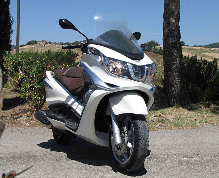 Piaggio from us comes a brand new model X10, scooter futuristic, full of technical innovation and also a completely new engine was presented already in Beverly 350 early season. X10 could be described as robust, elegant side lines, innovative and so