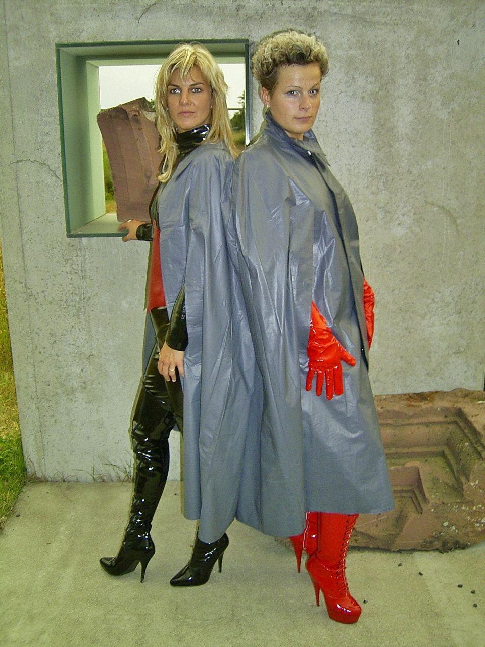 Klepperfrauen Mit Schicken Stiefeln Regenmantel Regenkleidung