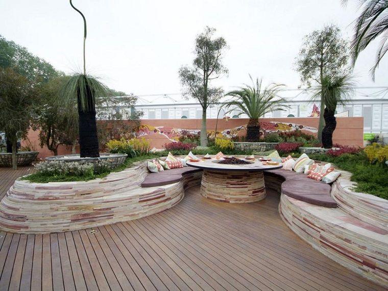 suelo de madera y losas preciosas en el jardn moderno