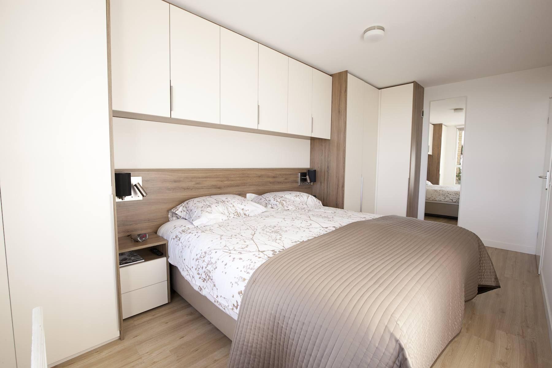 Bed met kastombouw in kleine slaapkamer quartos