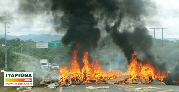 topiqueiros bloqueiam acesso a Baturité em protesto à fiscalização. | itapiuna.com