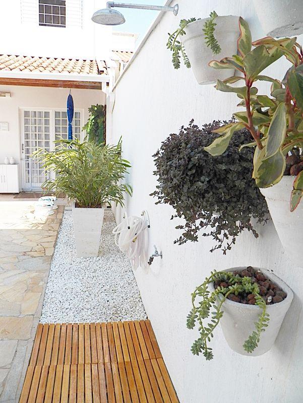 paisagismo de área externa em casa com piscina   Chuveiro de jardim,  Jardins pequenos, Idéias de jardinagem