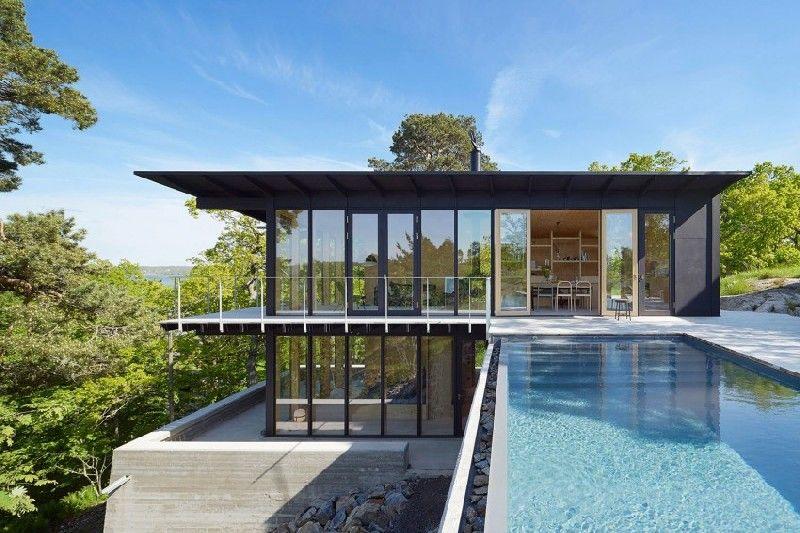 Schwedisches Haus mit Infinity-Pool und Turm im chinesischen Stil ...