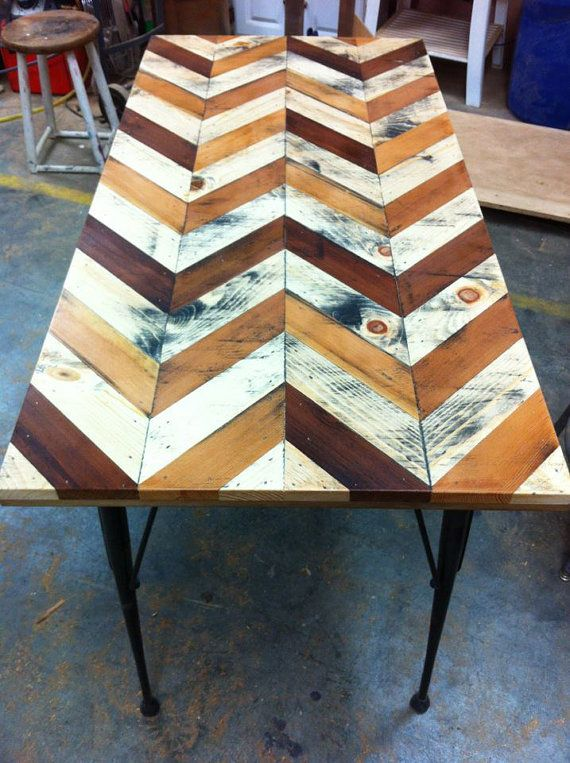 Boss chevron pallet table puts the rinkydink pallet for Pallet patio table