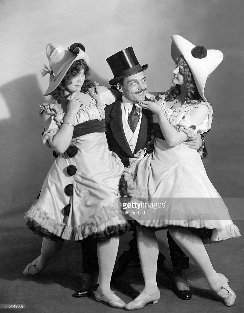 Max Linder. With two you women on New Year's Eve. Silent