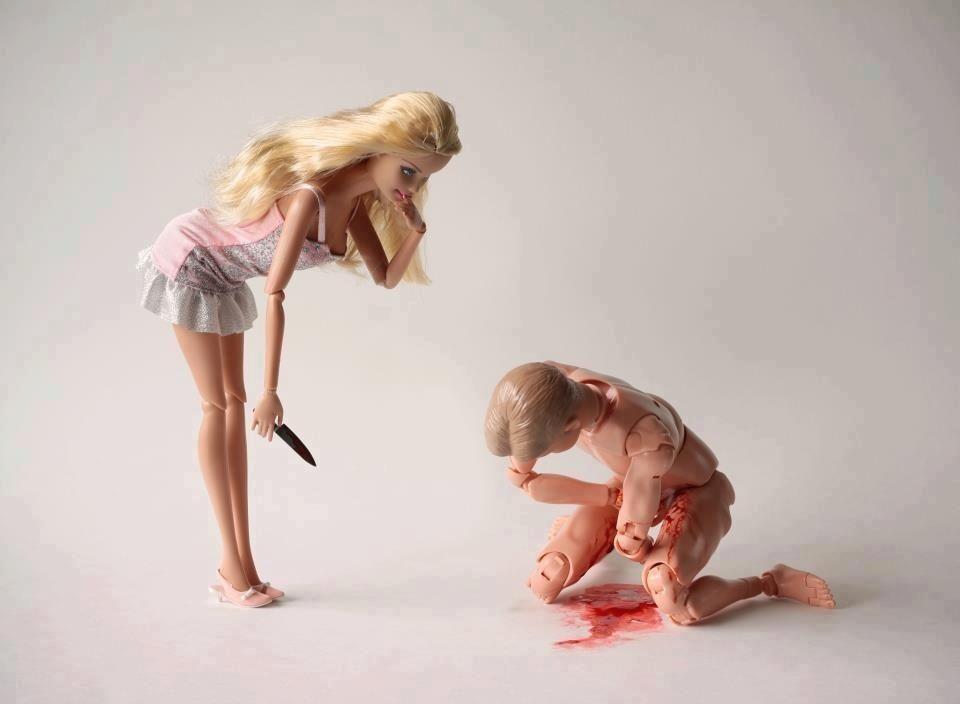 Oooops!!! barbie asesina a Ken. Bien merecido lo tenia el mujerzuelo !