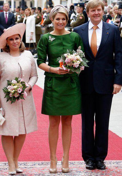 Fashion-Looks: Beim Staatsbesuch in Luxemburg zeigt sich Königin Máxima im grünen Seiden-Ensemble mit Schmetterlings-Brosche als besonderem Detail.